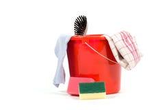 Cubeta vermelha com as ferramentas da limpeza isoladas Fotografia de Stock Royalty Free