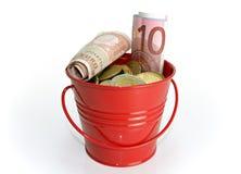 Cubeta vermelha com dinheiro Foto de Stock Royalty Free