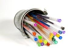 Cubeta virada que contém a coleção de penas coloridas brilhantes Imagens de Stock Royalty Free