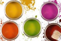 Cubetas coloridas da pintura com pontos da cor Fotos de Stock