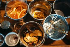 Cubetas com close up das bebidas, vista superior, ninguém imagem de stock