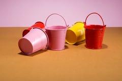 Cubetas cor-de-rosa, vermelhas e amarelas Imagens de Stock