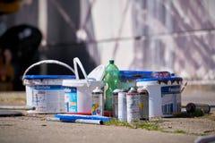 Cubetas da pintura e latas de pulverizador vazias com base na arena do aerossol em Magdeburgo Fotografia de Stock