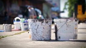 Cubetas da pintura e latas de pulverizador vazias com base na arena do aerossol em Magdeburgo Imagem de Stock Royalty Free