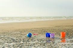 Cubetas das crianças coloridas para jogar na praia Fotos de Stock