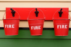 Cubetas de incêndio que penduram em uma parede Fotografia de Stock