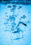 Cubetti di ghiaccio che rientrano nell'acqua Fotografia Stock Libera da Diritti