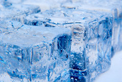Cubetti di ghiaccio con i waterdrops Immagini Stock Libere da Diritti