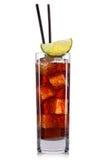 Cubetti di ghiaccio del cocktail della cola e calce, libre della Cuba isolato su fondo bianco Immagini Stock