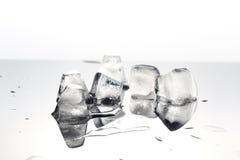 Cubetti di ghiaccio del primo piano, colata Immagini Stock Libere da Diritti