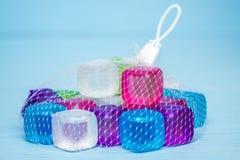 Cubetti di ghiaccio di plastica variopinti Fotografia Stock