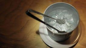 Cubetti di ghiaccio nel secchio stock footage