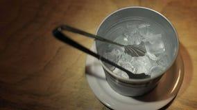 Cubetti di ghiaccio nel secchio video d archivio