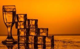 Cubetti di ghiaccio sugli ambiti di provenienza colorati Immagine Stock