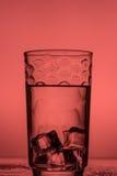Cubetti di ghiaccio sugli ambiti di provenienza colorati Fotografia Stock
