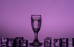 Cubetti di ghiaccio sugli ambiti di provenienza colorati Immagini Stock Libere da Diritti