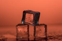 Cubetti di ghiaccio sugli ambiti di provenienza colorati Immagini Stock