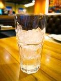 Cubetti di ghiaccio in vetro trasparente, è sulla tavola di legno prescelto fotografia stock