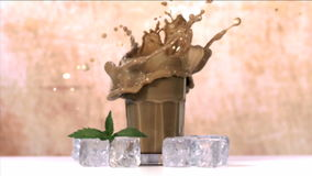Cubetto di ghiaccio che cade nel vetro stock footage