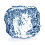 Cubetto di ghiaccio con il primo piano delle gocce di acqua isolato Fotografia Stock