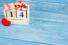 Cubez le calendrier avec les cadeaux et le coeur rouge, jour de valentines Image stock
