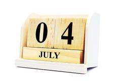 Cubez le calendrier de forme pour le 4 juillet sur la surface en bois d'isolement Photos stock
