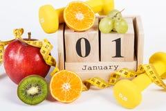 Cubez le calendrier, les fruits, les haltères et le ruban métrique, nouvelles années de résolutions Photos stock