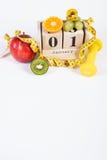 Cubez le calendrier, les fruits, les haltères et le ruban métrique, nouvelles années de résolutions Images libres de droits