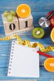 Cubez le calendrier, les fruits, les haltères et le ruban métrique, nouvelles années de résolutions Image libre de droits