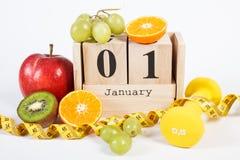 Cubez le calendrier, les fruits, les haltères et le ruban métrique, nouvelles années de résolutions Photos libres de droits