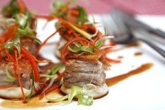 Cubi arrostiti della pancia della carne di maiale sulla purè di patate con caramello Fotografia Stock Libera da Diritti