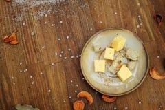 Cubi autentici su un piatto, fondo orizzontale di legno scuro del formaggio della cucina Fotografia Stock