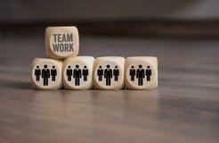 Cubi con gli impiegati ed il lavoro di squadra immagine stock