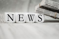 Cubi con le notizie con i giornali fotografia stock
