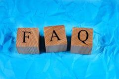 Cubi con un FAQ dell'iscrizione Fotografie Stock Libere da Diritti