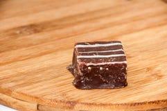 Cubi del cioccolato su un bordo di legno della cucina Fotografie Stock