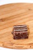 Cubi del cioccolato su un bordo di legno della cucina Fotografia Stock Libera da Diritti