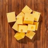 Cubi del formaggio sul colpo dello studio del bordo di legno Fotografia Stock
