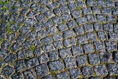 Cubi del granito nella via della città Immagine Stock