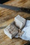 Cubi del lievito divisi in due su un bordo di legno Fotografia Stock