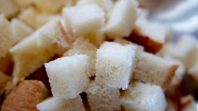 Cubi del taglio del pane bianco per fare riempimento per il tacchino di Natale Fotografia Stock Libera da Diritti