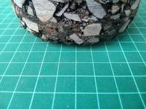 Cubi dell'asfalto dalla perforazione dalla strada immagine stock