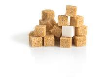 Cubi della canna da zucchero marroni e del bianco raffinato Immagini Stock Libere da Diritti