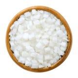 Cubi della cipolla bianca in ciotola di legno sopra bianco Fotografie Stock Libere da Diritti