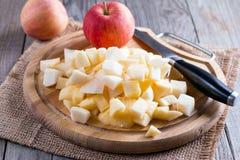 Cubi della mela su un tagliere Immagini Stock Libere da Diritti