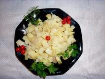 Cubi della patata su un piatto fotografie stock
