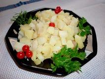 Cubi della patata su un piatto immagini stock
