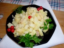 Cubi della patata su un piatto fotografia stock
