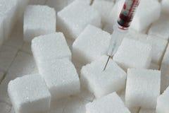 Cubi dello zucchero con la siringa - concetto del diabete fotografia stock libera da diritti