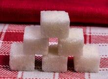 Cubi dello zucchero raffinato di bianco Immagine Stock